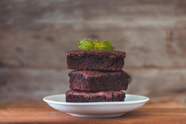 Schokoladen-brownies-stapel auf holztisch, hausgemachte süßigkeiten und dessert