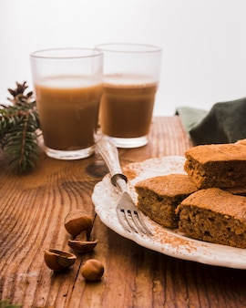 Schokoladen-brownies und kaffee
