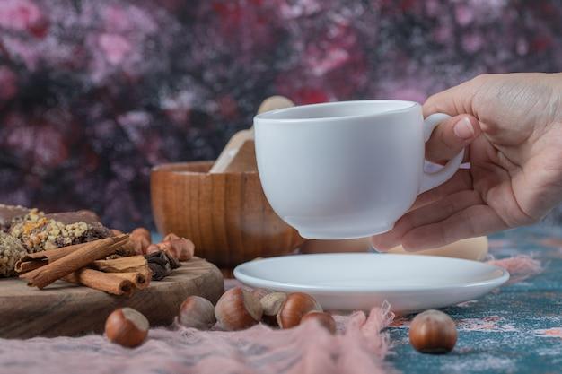 Schokoladen-crocante-kekse mit zimtgeschmack und einer tasse tee.