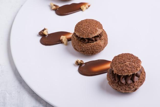 Schokoladen-cupcake auf weißem teller, nahaufnahme