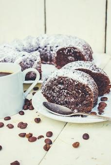 Schokoladen-cupcake mit kaffee. selektiver fokus