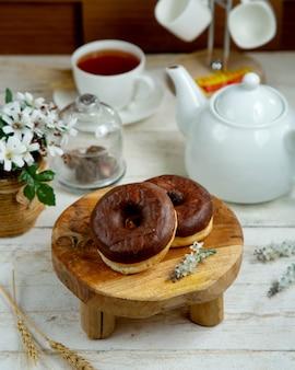 Schokoladen donuts mit schwarzem tee