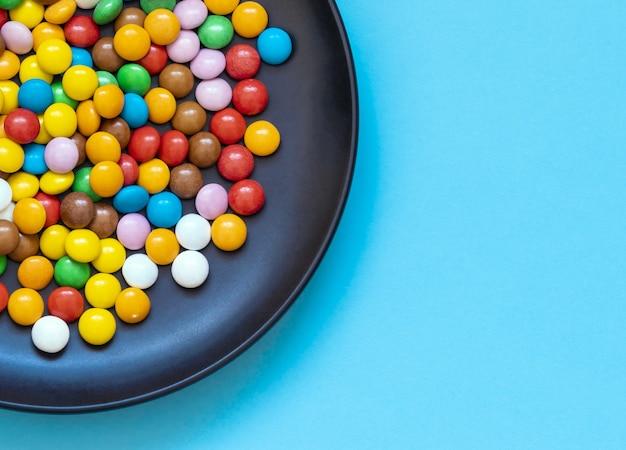 Schokoladen-dragee-bonbons in einem teller