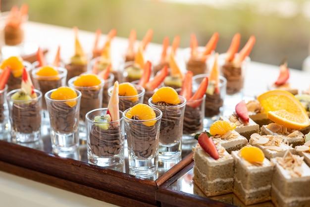 Schokoladen-elch-topping mit frischem obst- und butterkuchen in einer reihe vom buffet