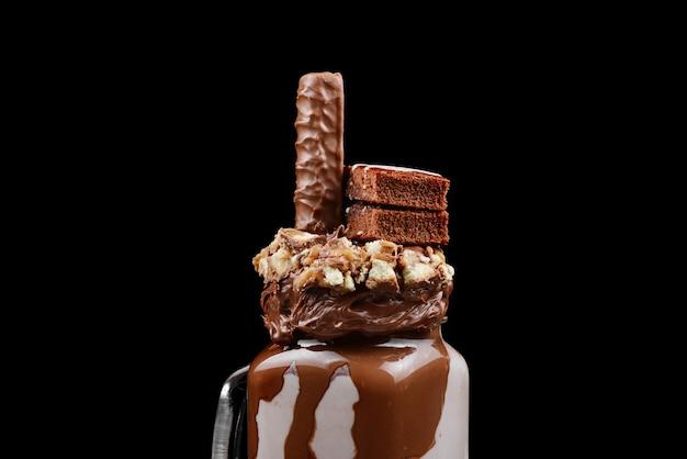 Schokoladen-extremmilchshake mit brownie-kuchen