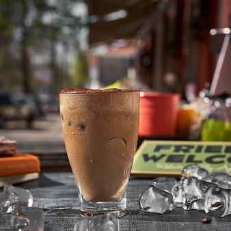 Schokoladen-frappe-kaffee draußen an einem sommertag