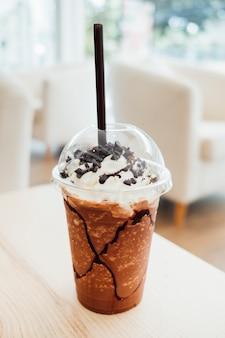 Schokoladen-freppe-smoothie und schlagsahne