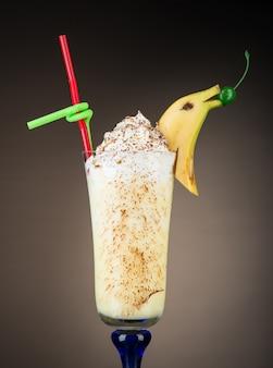 Schokoladen-fruchtcocktail-eis mit banane auf braunem hintergrund tropischer sommer-smoothie