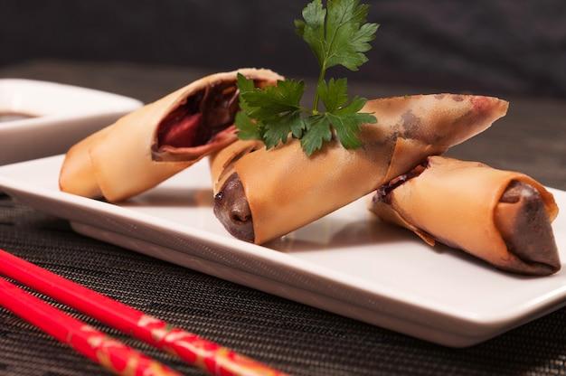 Schokoladen-frühlingsrollen-japanisches lebensmittel-nachtisch-mahlzeit, asiatisches lebensmittel