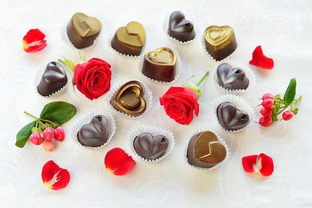 Schokoladen in herzform aus milch- und zartbitterschokolade