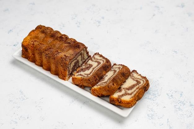 Schokoladen-, kaffee- und vanillegluten-freier marmorkuchen, selbst gemachter pfundkuchen.