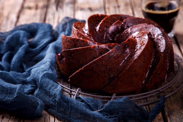 Schokoladen-kleiner kuchen. pie backen mit kirschen und kaffee