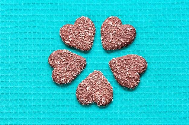 Schokoladen-kokosnussplätzchen in form von herzen