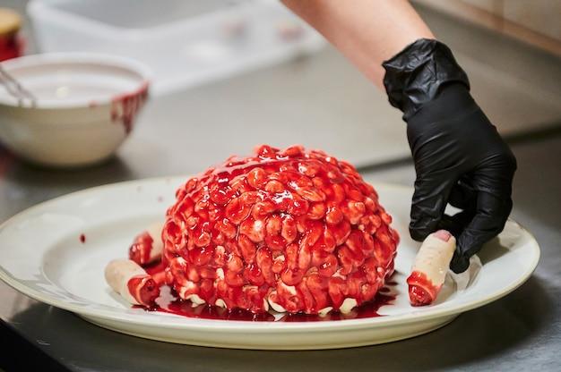 Schokoladen-kürbis-cupcake mit zuckerguss in form von selektivem fokus des gehirns aus der serie lustiger h...