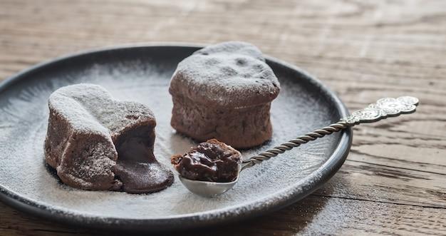 Schokoladen-lava-kuchen in form eines herzens