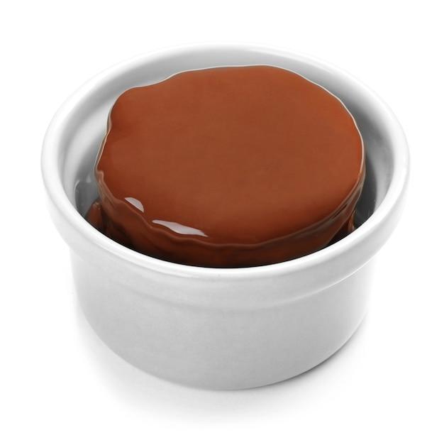 Schokoladen-lava-kuchen, isoliert auf weiß