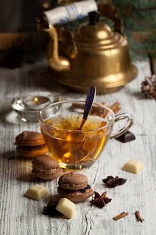 Schokoladen-macarons und eine tasse tee