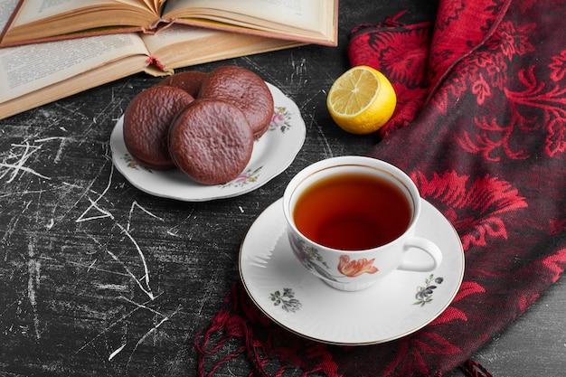 Schokoladen-marshmallow-kekse mit einer tasse tee, draufsicht.