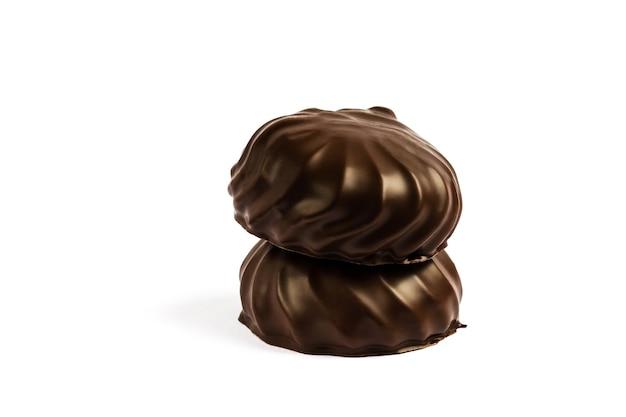 Schokoladen-marshmallow, schokoladen-brownie in einem weißen teller. isoliert von marshmallow in schokolade. foto in hoher qualität