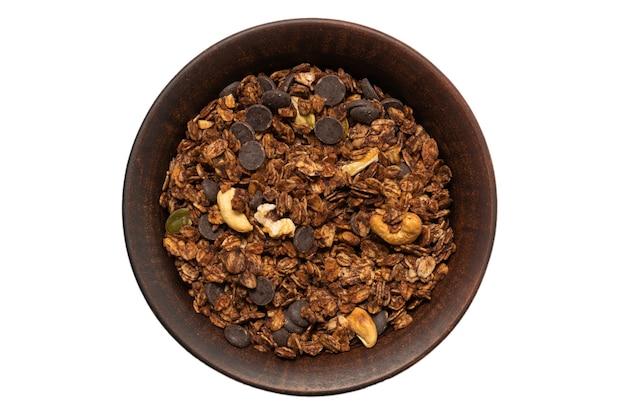 Schokoladen-müsli mit nüssen in einer schüsseloberfläche