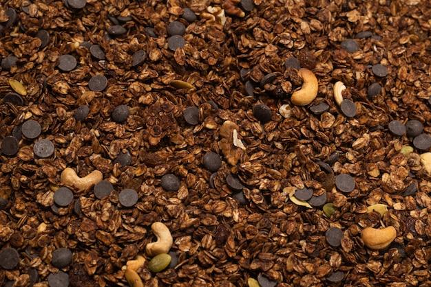 Schokoladen-müsli-müsli mit nusshintergrund. draufsicht.