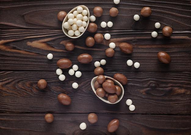 Schokoladen-ostereier auf dem woden hintergrund