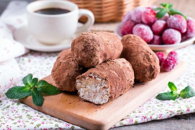 Schokoladen-rum-bällchen-kuchen verziert mit kakao