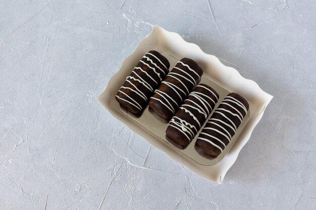 Schokoladen-rum-kugeln backen mit glasur.