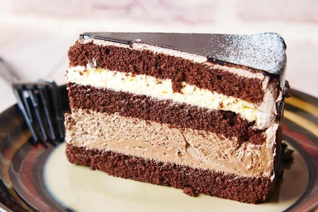 Schokoladen-sahne-torte auf einem teller auf dem tisch