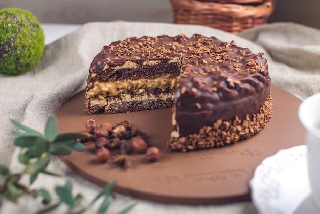 Schokoladen-schichtkuchen mit nougat-biskuit