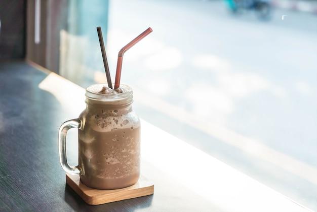 Schokoladen smoothie (milchshake) mit glas