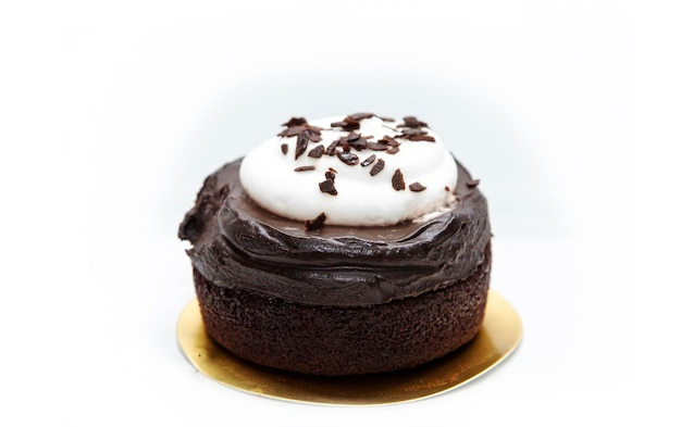 Schokoladen-tassenkuchen mit goldenem papier auf weißem isoliert