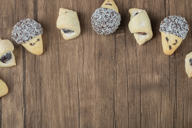 Schokoladen- und butterkekse in einer reihe auf einem holztisch.
