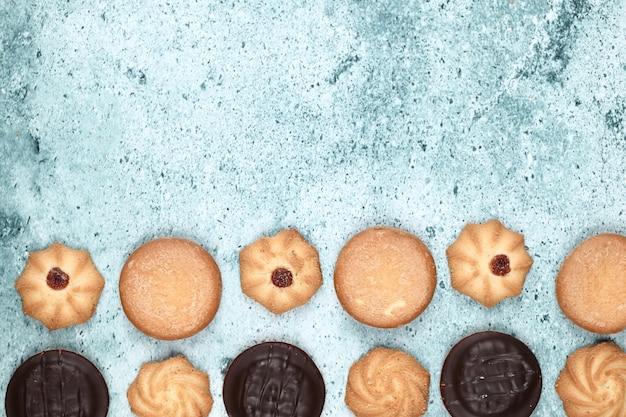 Schokoladen- und hafermehlplätzchen auf einer blauen tabelle. süße rahmung.