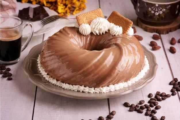 Schokoladen- und kaffeekuchen mit einer tasse kaffee auf einem holztisch