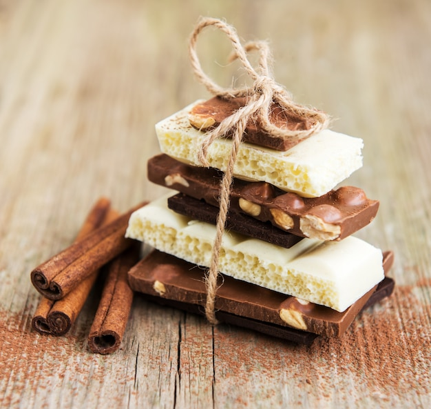 Schokoladen- und kakaopulver auf einem alten holztisch