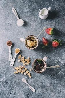 Schokoladen- und vanillebecherkuchen