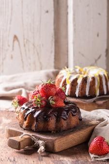 Schokoladen- und zitronenkuchen