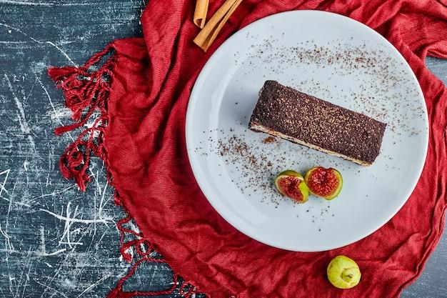 Schokoladen-vanille-käsekuchen mit feigen, draufsicht.