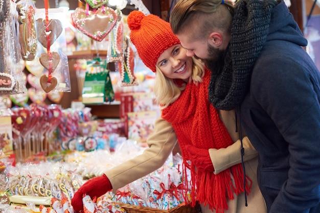 Schokoladen-weihnachtsmann auf weihnachtsmarkt