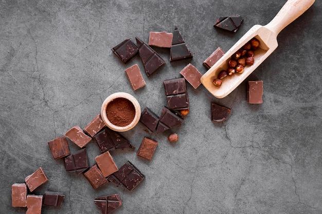 Schokoladenanordnung auf dunklem hintergrund
