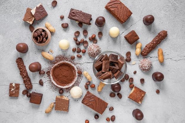 Schokoladenanordnung auf hellem hintergrund