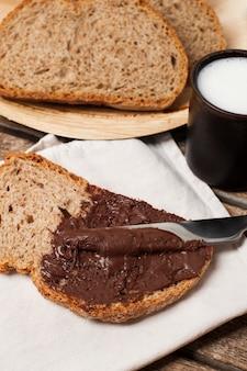 Schokoladenaufstrich auf vollkornbrot mit milch