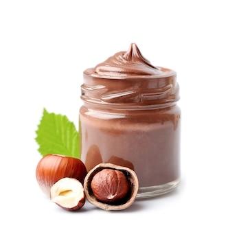 Schokoladenaufstrich mit haselnüssen isoliert auf weiß