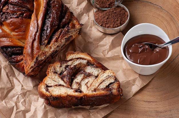 Schokoladenbabka oder briochebrot. gefüllt mit haselnusscreme. draufsicht.