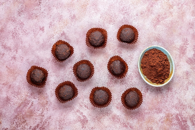 Schokoladenbällchen mit kakaopulver.