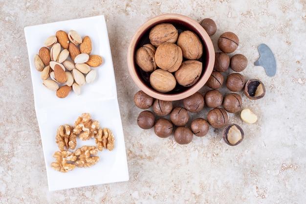 Schokoladenbällchen, walnüsse, mandeln und pistazien