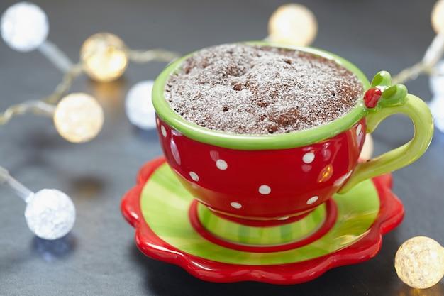 Schokoladenbecherkuchen mit haselnusspaste und pfefferminzbonbon