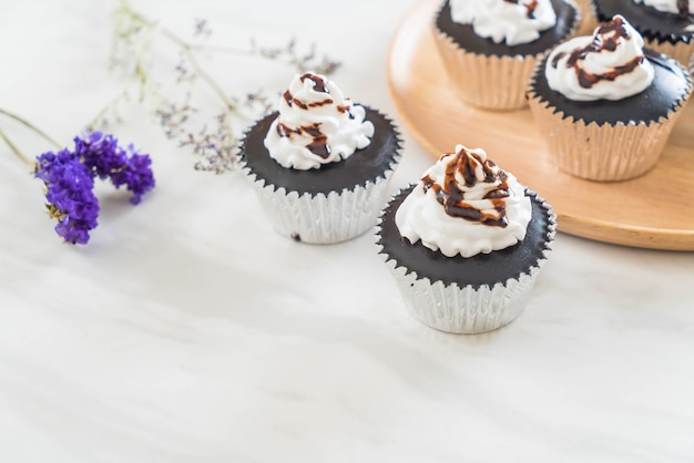 Schokoladenbecherkuchen mit schlagsahne