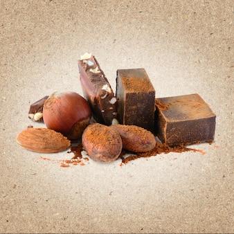 Schokoladenblöcke mit kakaobohnen und nüssen